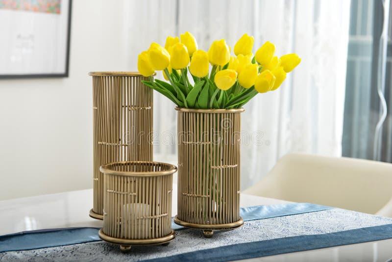 Tulipanes amarillos en el florero de cobre imagen de archivo