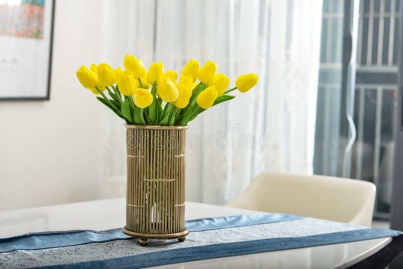 Tulipanes amarillos en el florero de cobre imagen de archivo libre de regalías