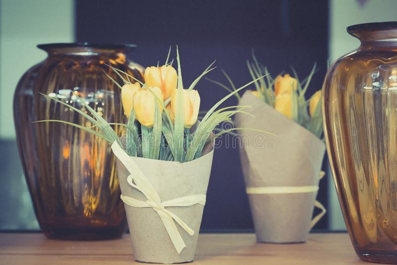 Tulipanes amarillos en un pote en la tabla imagenes de archivo