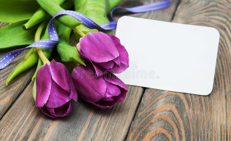 Tulipanes con una tarjeta foto de archivo