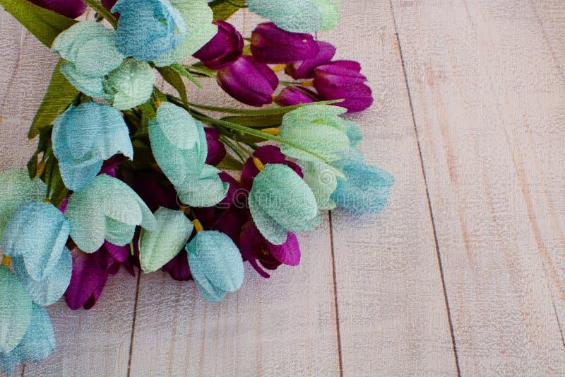 Tulipanes de la primavera con la capa artística fotos de archivo