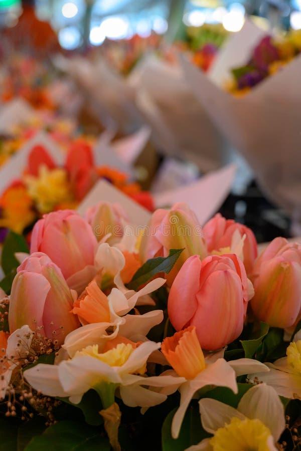 Tulipanes de la primavera en el mercado del aire abierto fotos de archivo