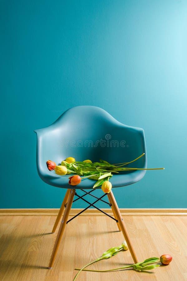 Tulipanes en el interior en un estilo minimalista Monocolor Copie el espacio foto de archivo libre de regalías