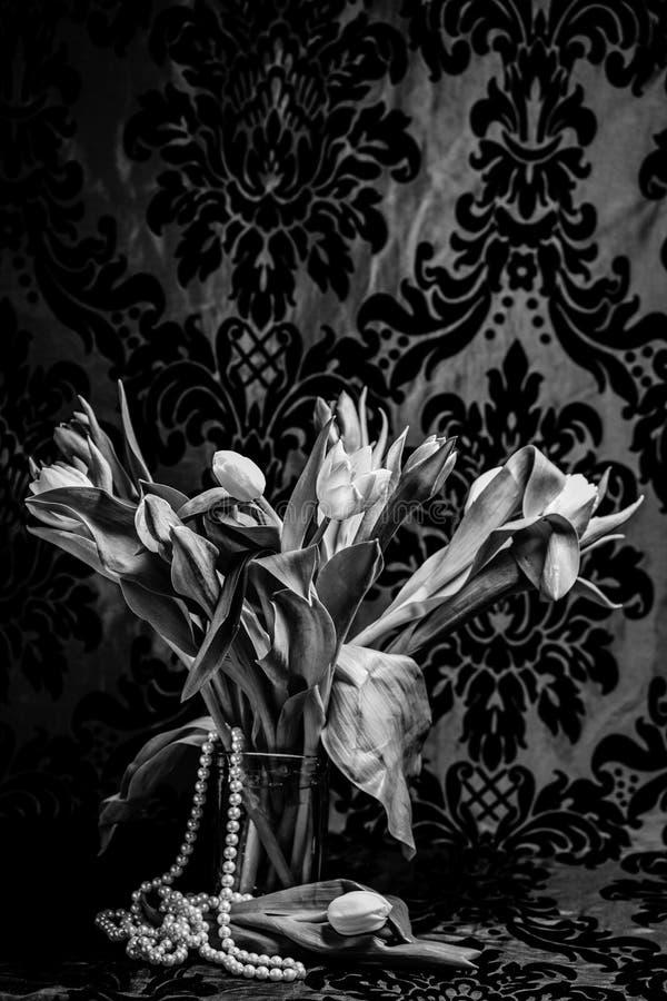 Tulipanes en florero con las perlas fotos de archivo