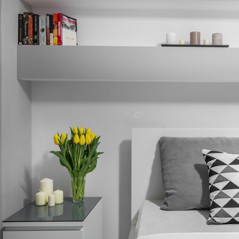 Tulipanes en nightstand imagen de archivo libre de regalías