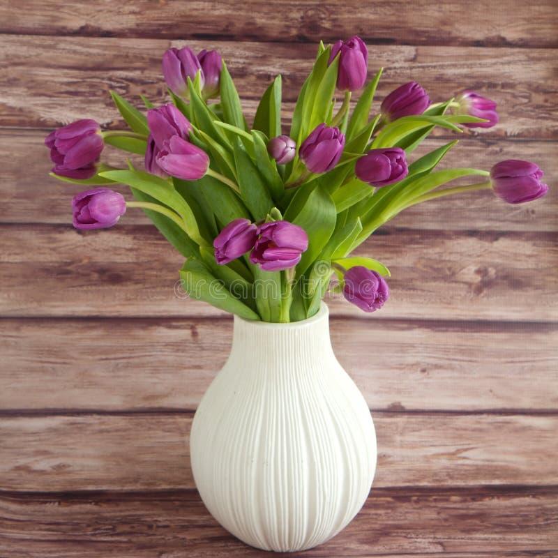 Tulipanes en un florero fotos de archivo