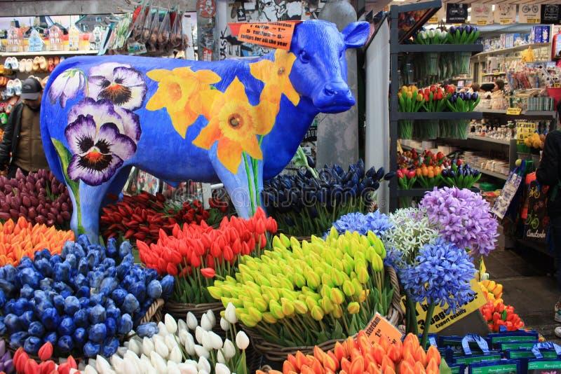 Tulipanes falsos coloridos aquí están los recuerdos usuales y los regalos trajeron a casa de un viaje a Amsterdam fotografía de archivo