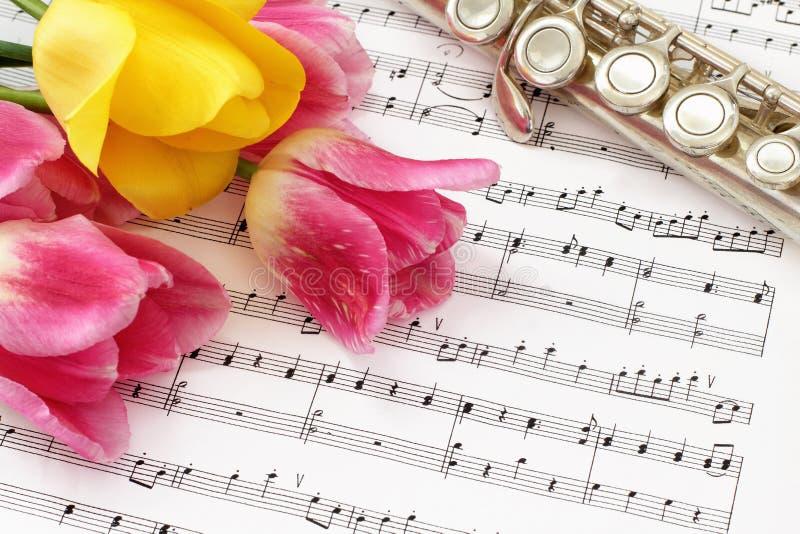 Tulipanes, flauta y partitura fotografía de archivo libre de regalías