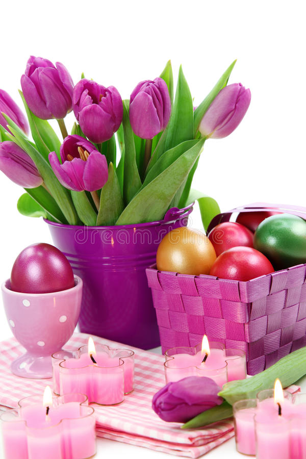 Tulipanes púrpuras en compartimiento y los huevos de Pascua imágenes de archivo libres de regalías