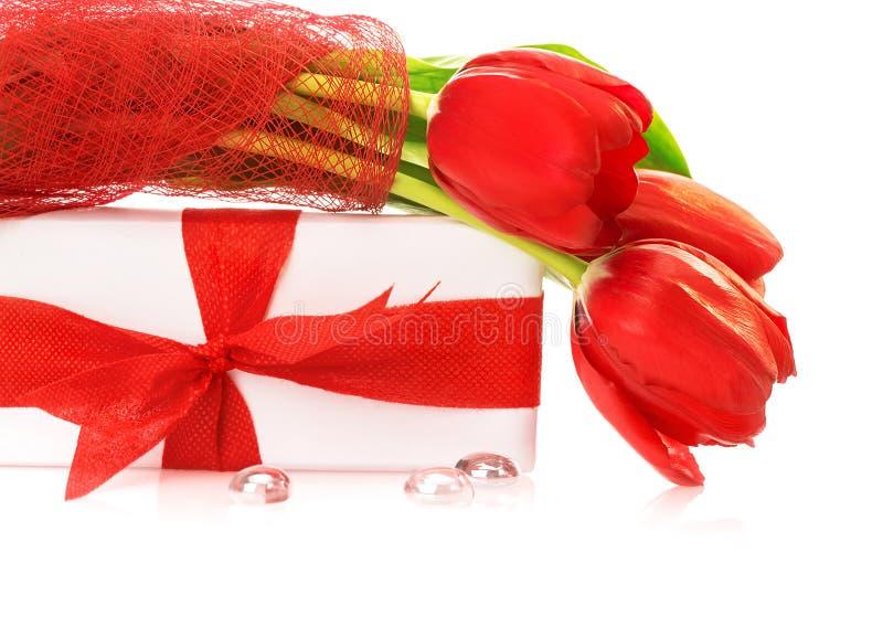Tulipanes rojos con el rectángulo de regalo foto de archivo