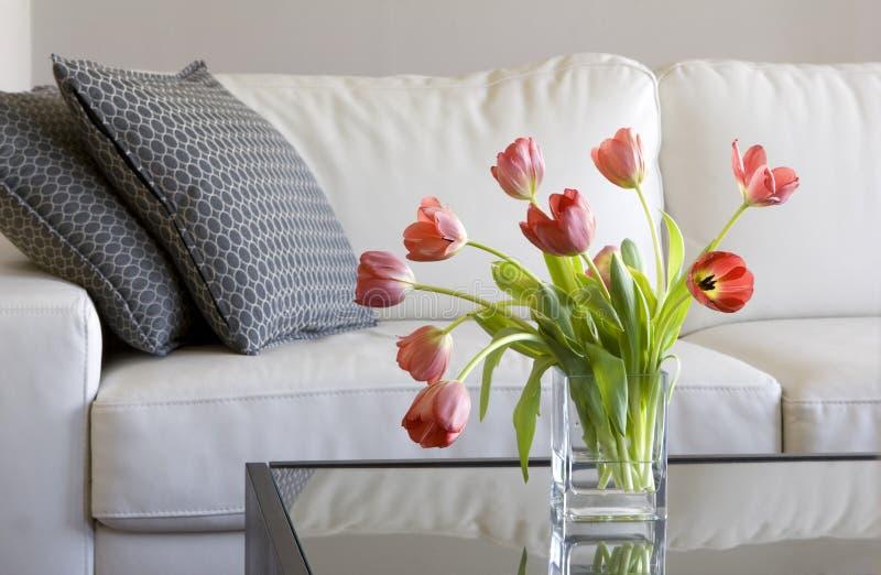Tulipanes rojos en la sala de estar moderna - decoración casera foto de archivo libre de regalías