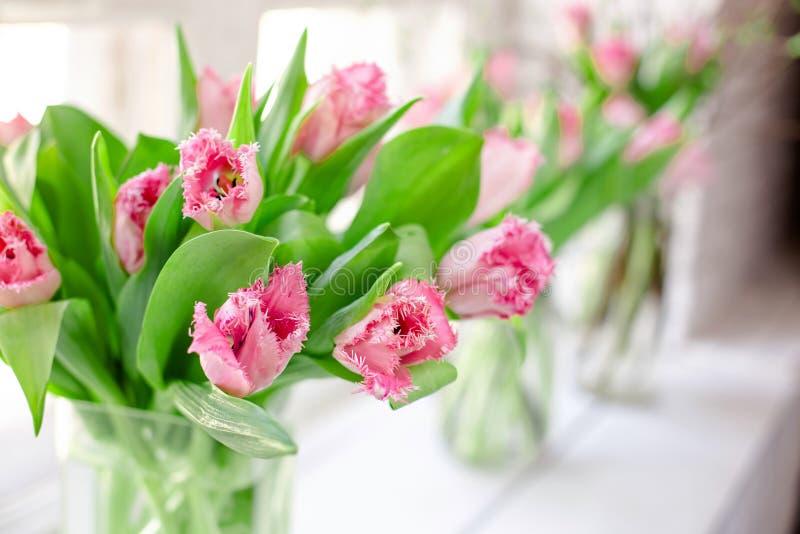 Tulipanes rosados en un florero de cristal fotografía de archivo libre de regalías