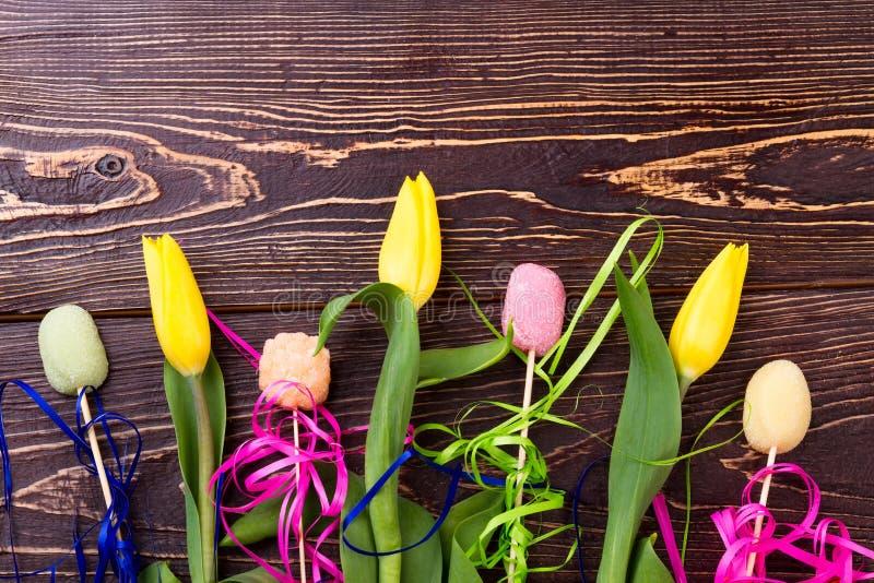 Tulipanes y caramelos amarillos fotografía de archivo libre de regalías