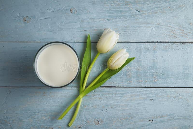 Tulipanes y leche fotografía de archivo libre de regalías