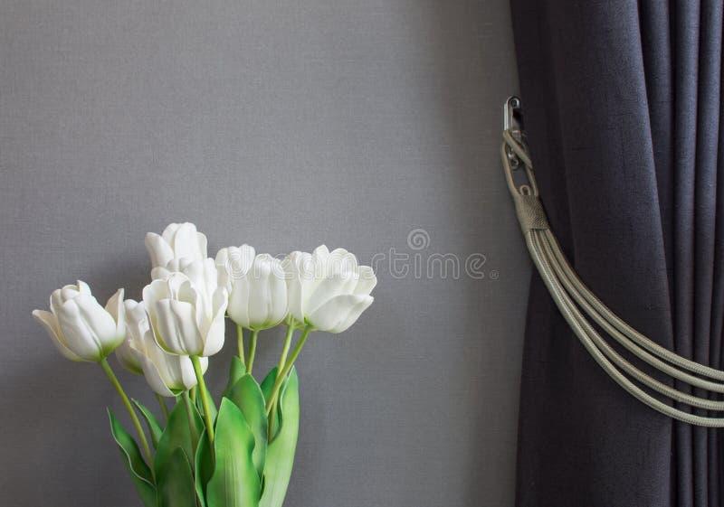 Tulipanes y persianas falsos fotografía de archivo