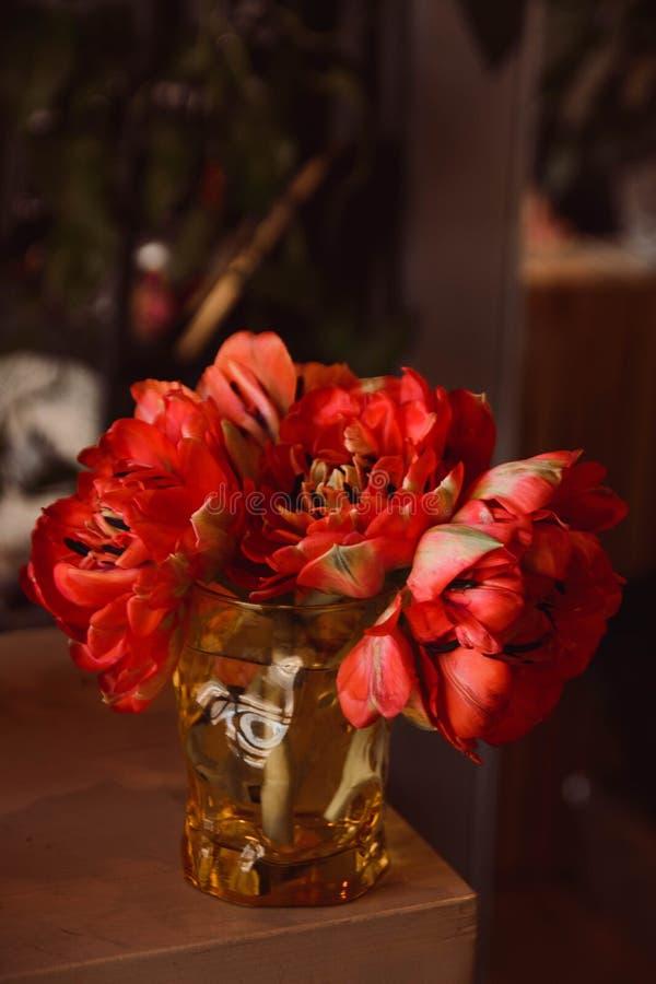 Tulipani dei fiori su una gamba all'interno del ristorante per un negozio di celebrazione floristry o le nozze fotografie stock libere da diritti