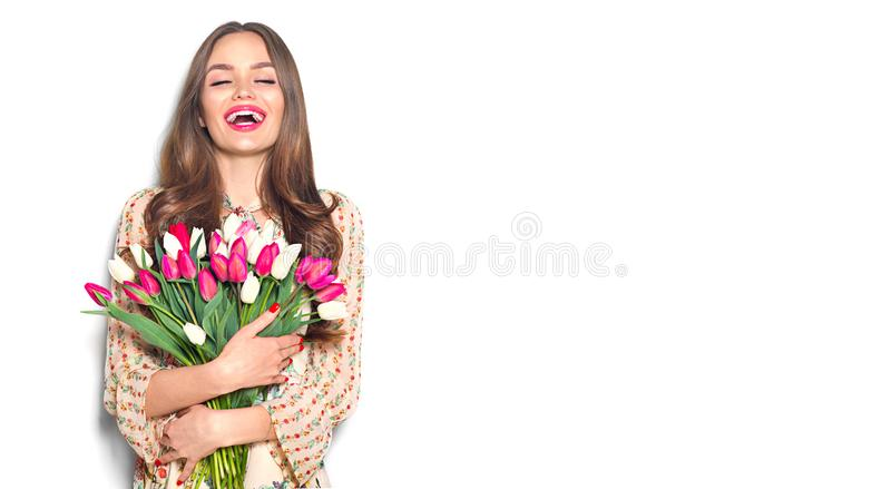 Tulipani della molla della tenuta della ragazza di bellezza Bella donna felice che riceve un mazzo dei tulipani variopinti immagini stock