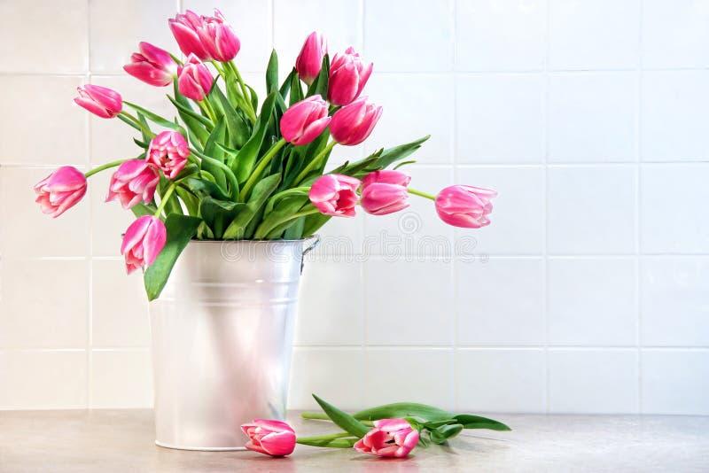 Tulipani dentellare in contenitore del metallo bianco fotografie stock