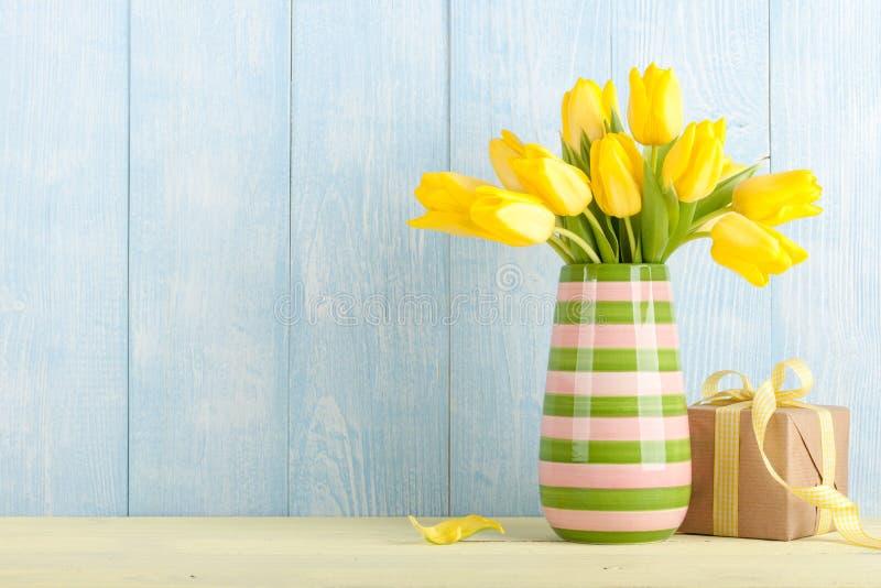 Tulipani e contenitore di regalo gialli fotografie stock libere da diritti