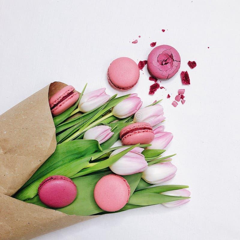 Tulipani e maccheroni su fondo bianco fotografia stock