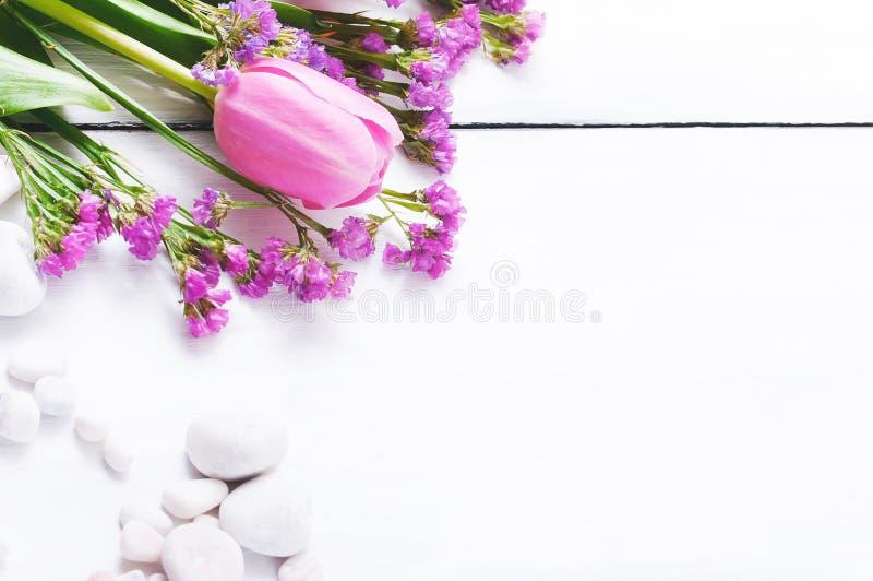Tulipani rosa su un fondo di legno bianco fotografia stock