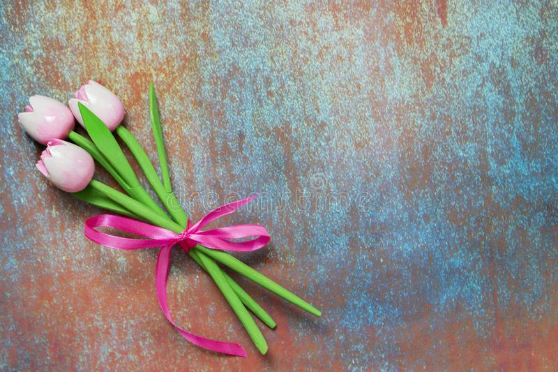 Tulipani rosa, un mazzo di tre fiori Tulipani di legno dei fiori artificiali fotografia stock libera da diritti