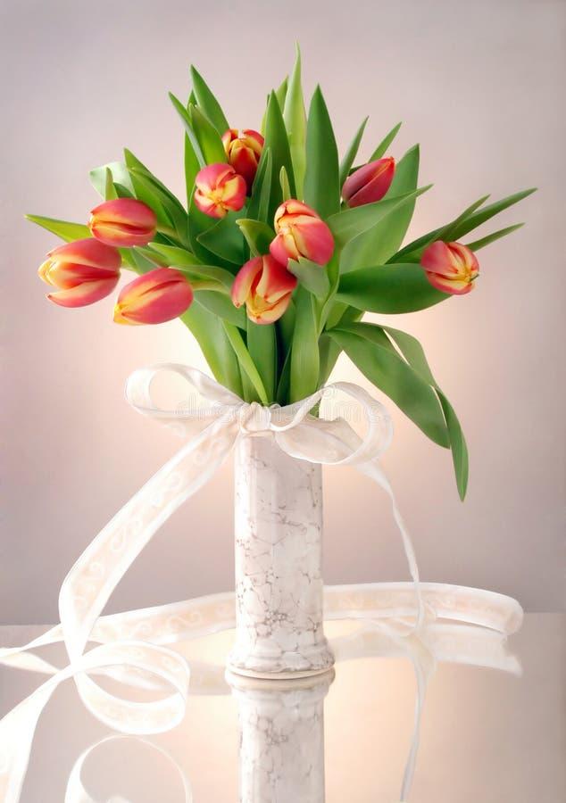Tulipani in vaso fotografie stock libere da diritti