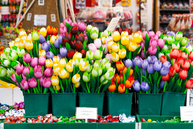 Tulipanowe pamiątki dla sprzedaży przy Holenderskim kwiatu rynkiem, Amsterdam, holandie fotografia royalty free
