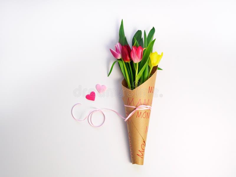 Tulipanowy bukiet zawijający w papierze, wiosna zdjęcia stock