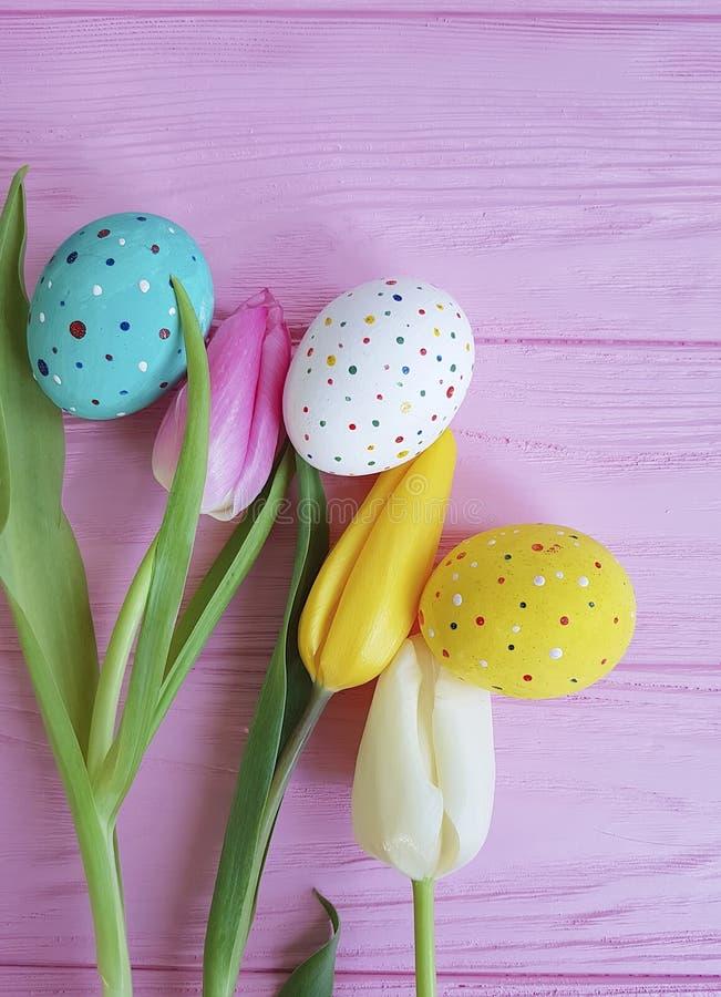 Tulipanu Easter jajka na różowy drewniany handmade zdjęcie royalty free