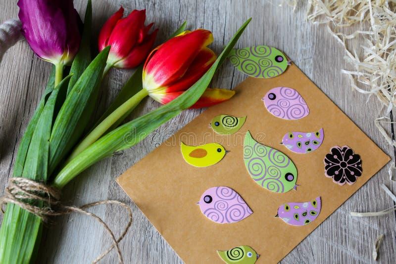 Tulipany na drewnianym tacy tle Zaproszenie pocztówka dla matka dnia lub zawody międzynarodowi kobiet dnia Wiosna papierowi kolor obrazy royalty free