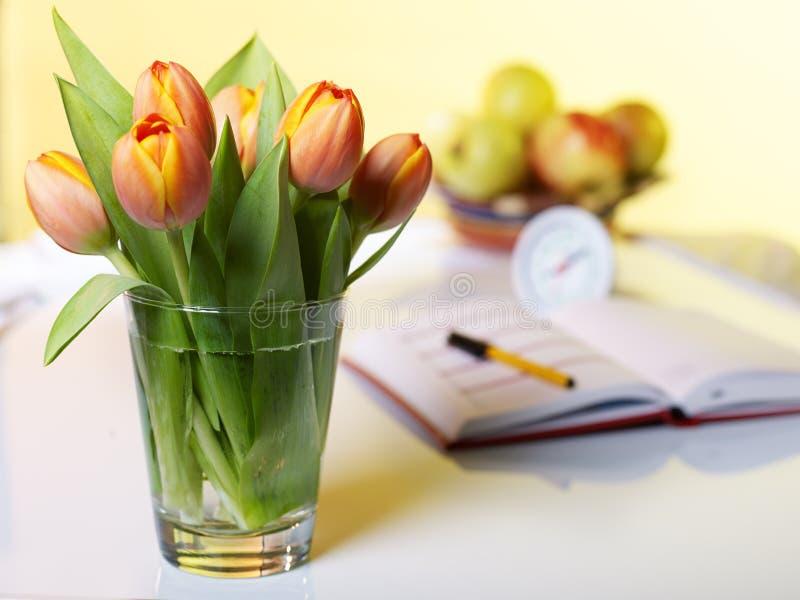 Tulipany z notatnikiem - zdjęcia stock