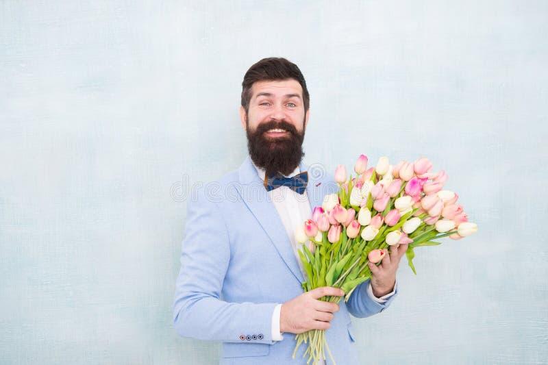 Tulipas para o querido Ramalhete bem preparado das flores da posse do laço do smoking do desgaste do homem Convide-a que data Hom fotos de stock