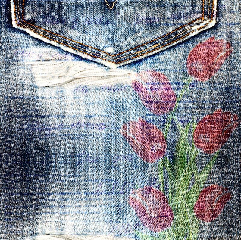 Tulipas vermelhas bonitas no fundo das calças de brim imagens de stock royalty free
