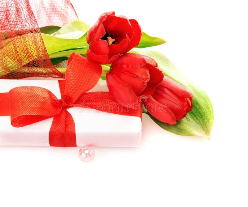 Tulipas vermelhas com giftbox fotografia de stock royalty free