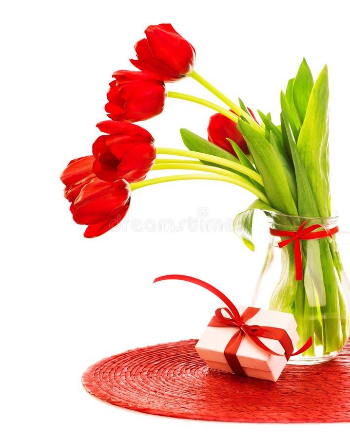 Tulipas vermelhas com giftbox imagem de stock