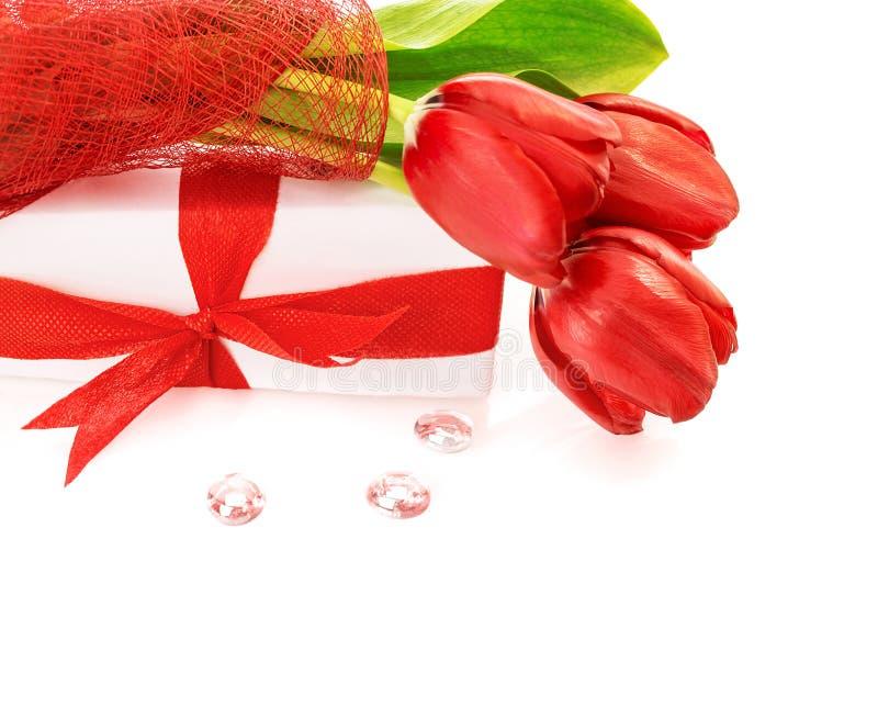 Tulipas vermelhas com presente imagem de stock royalty free