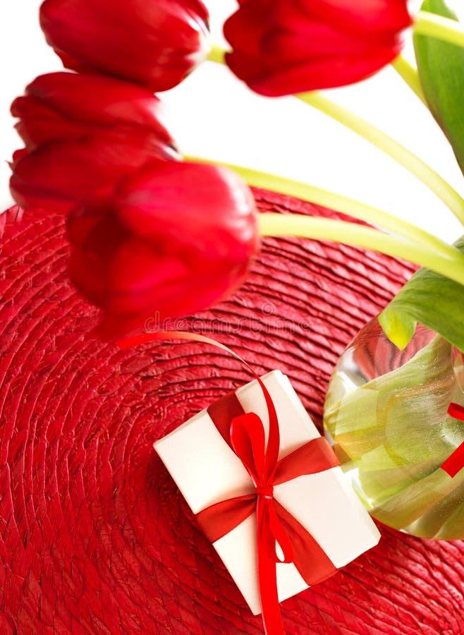 Tulipas vermelhas para o dia de mães fotografia de stock royalty free