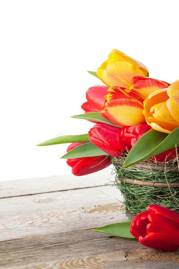 Tulipes colorées fraîches dans le panier photo stock