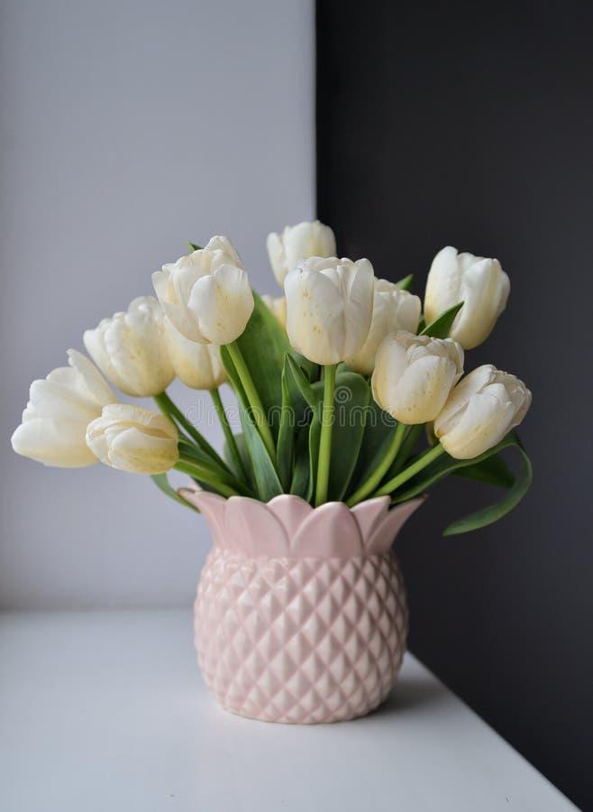 Tulipes dans le vase rose images stock