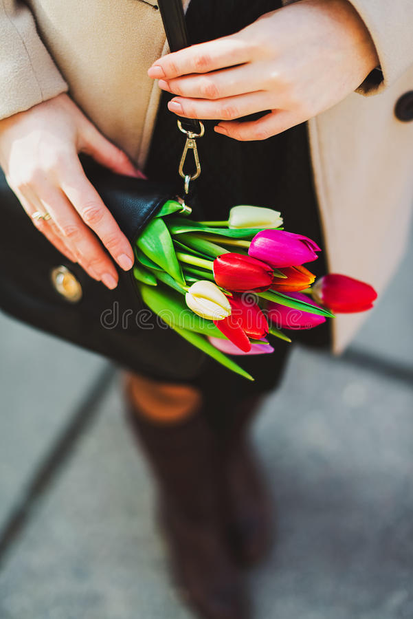Tulipes dans un sac à main photos stock