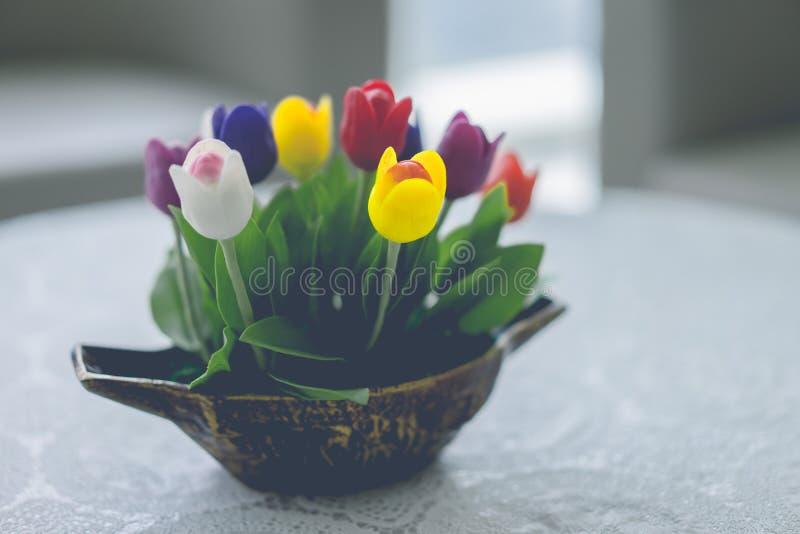 Tulipes dans un vase à fleur fait en bâti photos stock
