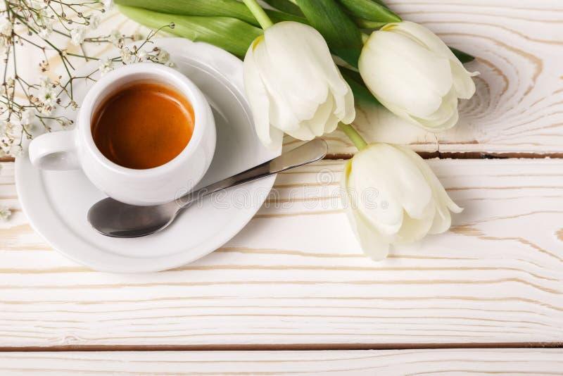 Tulipes de ressort et café sur un fond en bois blanc, vue supérieure Fond du jour de mère, le jour des femmes, anniversaire de ma photos libres de droits