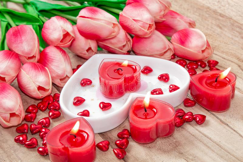 Tulipes de Saint-Valentin, un plat en forme de coeur et une bougie en forme de coeur images libres de droits