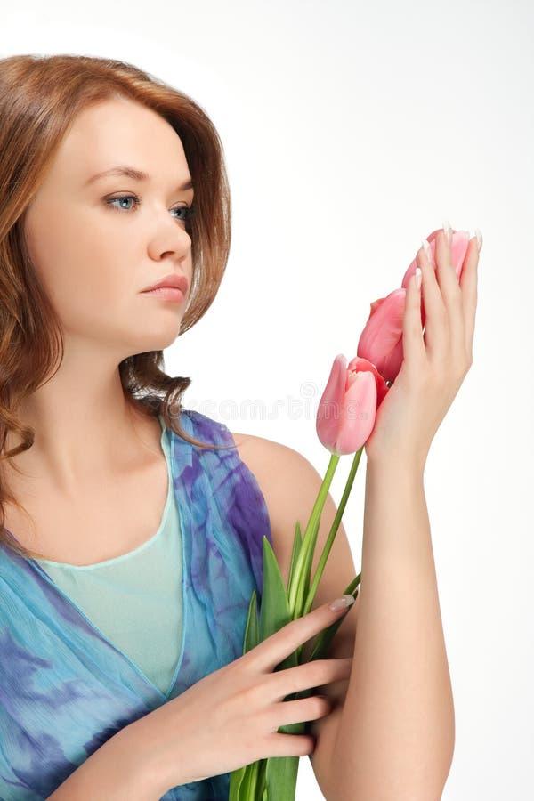 tulipes debout de fixation de fille image stock