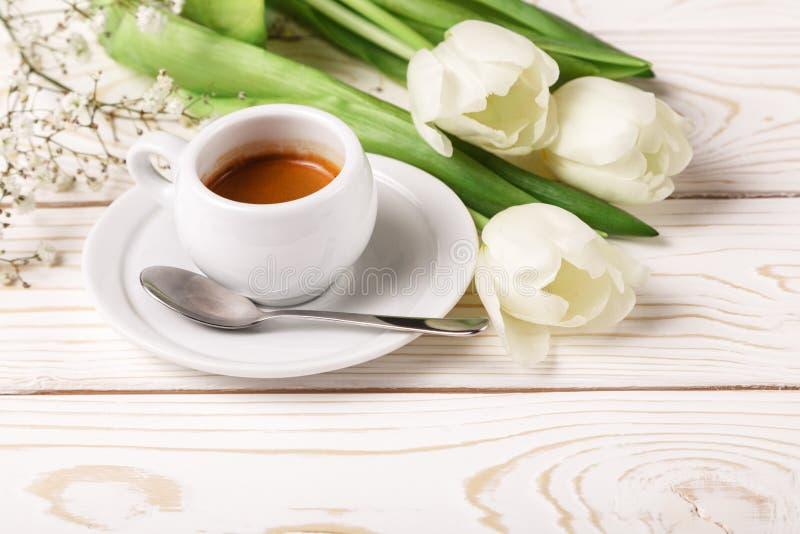 Tulipes et café de ressort sur un plan rapproché en bois blanc de fond Fond du jour de mère, le jour des femmes, anniversaire de  photos stock