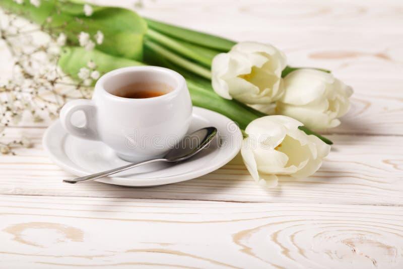 Tulipes et café de ressort sur un plan rapproché en bois blanc de fond Fond du jour de mère, le jour des femmes, anniversaire de  photos libres de droits