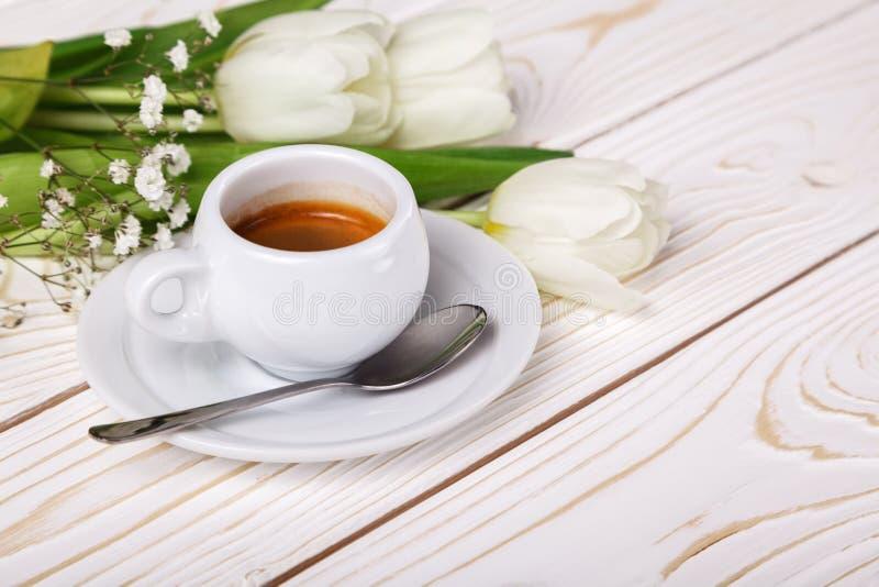 Tulipes et café de ressort sur un plan rapproché en bois blanc de fond Fond du jour de mère, le jour des femmes, anniversaire de  images libres de droits