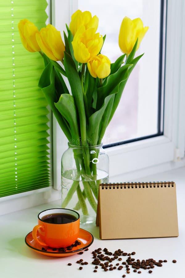 Tulipes et tasse de café jaunes image libre de droits