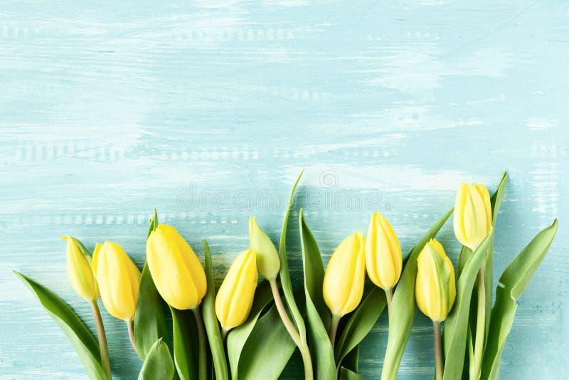 Tulipes jaunes au-dessus de table en bois photos stock